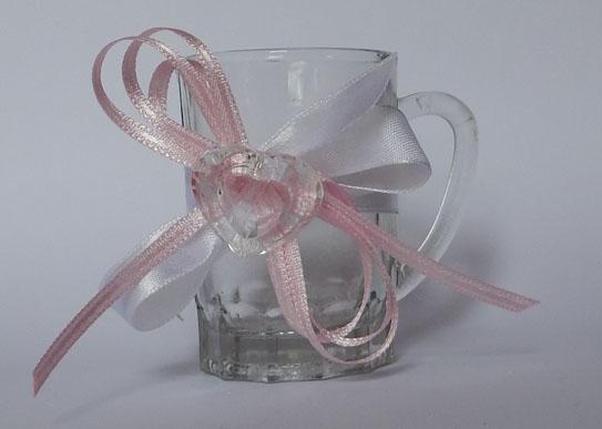 Малка стъклена чашка за подарък на гостите ви, декорирана с дантела, сатенени панделки и цветче. По ваш избор цветовете на дантелата, панделките и цветчето могат да бъдат сменени. Размери - височина 7 см; диаметър 5 см. Срок за изработка: 10 работни дни. Минимално количесво за поръчка: 30 броя. Цена за 1 брой: 2 лв
