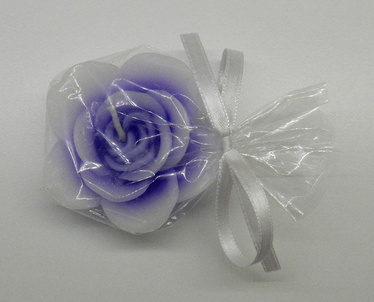 Свещичка с форма на роза като подарък за вашите гости. Нежни лилави чаени свещички, опаковани в прозрачен целофан и панделка. Диаметър на свещичката - цвете: 6,5 см. Минимално количество за поръчка: 50 броя. Цена за 1 брой: 1.00 лв.