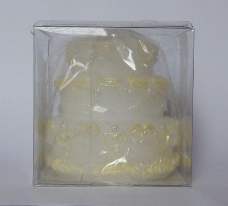Изящна свещичка във формата на триетажна сватбена торта. В бял цвят, тортата е украсена с рози в цвят екрю по височината си. Опакована в прозрачна кутийка. Можем да предложим и картонена кутия в цвят по ваш избор. Време на горене 6 часа. Размери - височина 6 см; диаметър на най-широката част 6см. Минимално количество: 30 броя. Цена за 1 брой 2.80 лв.