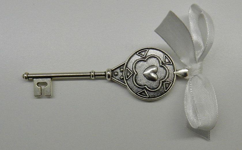 Декоративен метален ключ, с размери 10/4 см. За подаръци за гости, фотосесия. Цвят: хром. Цена за брой (при миним.поръчка 50 бр.): 1,80 лв. Цена за табелка с печат и панделка: 0,30 лв