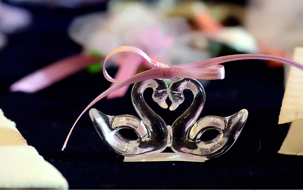 Елегантен и нежен подарък за вашите гости, символизиращ любовта! Панделката може да бъде друг цвят по желание. Размери - дебелина 1,5 см; височина 3,5 см; ширина 6,2 см. Минимално количество за поръчка: 50 броя. Цена за 1 брой: 1.80 лв.