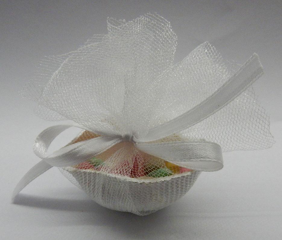 Декоративна мидичка в тюлена кесийка, с 3 захарни бонбона или цветен ризон. Предлагаме мидичките в златисто и перлено бяло. По ваше желание цвена на панделката може да бъде сменена. Размери - дължина около 5,3 см; ширина около 4 см. Срок за изработка: 10 работни дни. Минимално количество за поръчка: 50 броя. Цена за 1 брой: 1.20 лв.