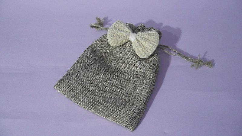 Текстилни торбички в които може да опаковате подаръците за вашите гости. Независимо дали сами ще изработите подарък или просто ще ги напълните с бонбони или ароматни листа, вашите гости ще останат очаровани. Направена от плътно бежово зебло с панделка. Размери - дължина 14 см, широчина 9,5 см. Минимално количество за поръчка: 50 броя. Цена за 1 брой: 0.70 лв.