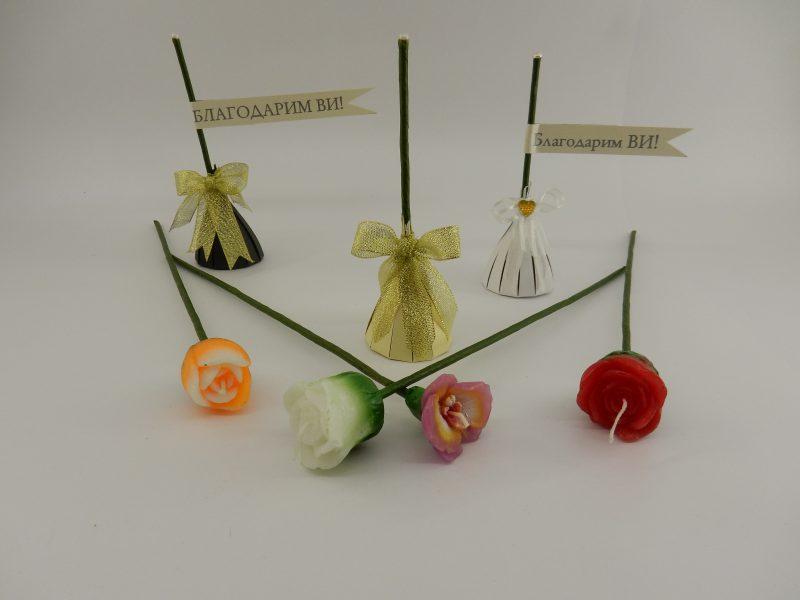 Свещички - цветя за подарък на вашите гости. Предлагаме свещички в 4 свежи цвята, опаковани в картонена опаковка с панделка и табелка. Цвета на опаковката, панделката и надписа на табелката могат да бъдат променени по ваше желание. Можете да поръчате четири вида цветя - да бъдат миксирани по вид или само от един вид. Видовете са посочени на снимките на продукта. Височина: 17 см. Опаковката в най-широката си част е около 5,5 см. Минимално количество: 20 броя. Цена за 1 брой: 1.50 лв.