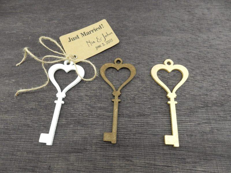 Дървен ключ, декоративен, с размери 12/5 см.; дебелина: 4 мм. За подаръци за гости, фотосесия. Можем да изработим различни размери от този модел. Цветове: бяло, злато, сребро, орех. Цена за брой (при миним.поръчка 50 бр.): 2.50 лв. Цена за табелка с печат и панделка: 0,30 лв