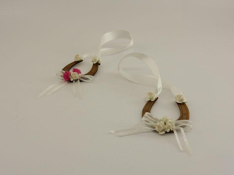 Дървена подкова - подарък за вашите гости. Като символ на късмет, ние декорираме тези подкови елегантно с 2 вида панделка, малки перли и деликатни хартиени цветчета, които можете да уточните в какъв цвят желаете да поръчате. Размери: 6.5 x 5,6 см. Минимално количество за поръчка: 50 броя. Цена за 1 брой: 2.20 лв.