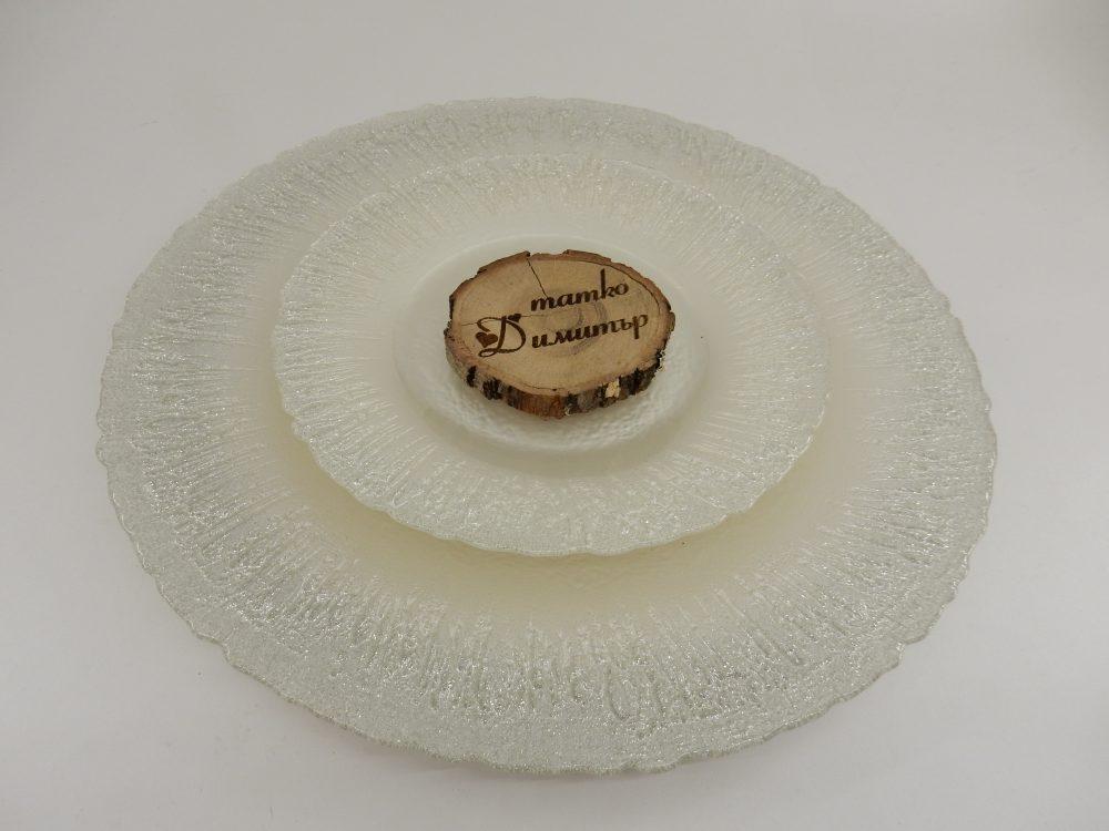 Прекрасна персонализирана дървена декорация от естествено дърво. Тези табелки с имената на всеки ваш гост ще ви донесат горско усещане, завършващ акцент за декорация в стил рустик. Която да е основната атракция по масите за гости и която всеки ваш гост да си вземе за спомен и като подарък! Размери: Диаметър: около 6-8 см Дебелина: около 1 см Имената са лазерно гравирани върху дървото. Срок за изработка: 10 работни дни. Цена за брой с гравиране на име: 1,80 лв.(при минимална поръчка от 40 броя)