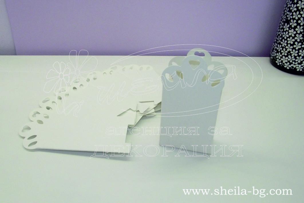 Опаковка за подаръчета, тип картонен плик. Изработена от релефен бял картон. Перфектен завършек на избрания от вас подарък. При покупка ще получите кутийките разгънати, за да не пострадат при транспорта. Сглобяват се изключително лесно. Остава само да решите с какво ще ги напълните! Размери - височина 10,5 см; широчина 5,5; см дебелина 3 см. Минимално количество за поръчка: 80 броя. Цена за 1 брой: 0.50 лв.