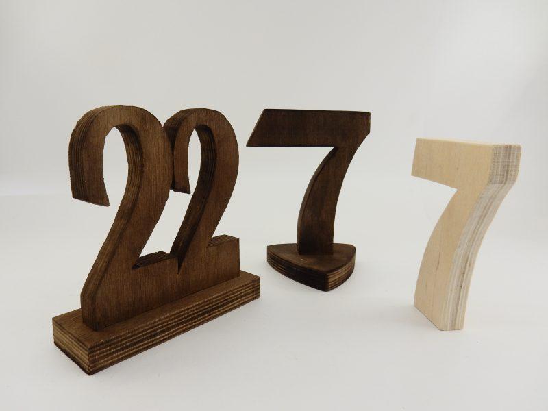 Номера за маси от плътен брезов шперплат с дебелина: 1,8 см. Базисния модел е светло кафяв, но предлагаме и цвят тъмен орех - цветовете можете да видите на снимката. Размери: Основа - опции: 1.правоъгълна основа: 14/5 см; 2. триъгълна: 9/9 см: 3. без основа - ако номера ви харесва без основа, то можете да го поръчате на същата цена. Цифрите са достатъчно стабилни, за да стоят самостоятелно. Обща височина: 15 см. Можем да изработим толкова числа колкото са ви необходими! Срок за изработка: 10 работни дни. Цена за 1 брой 8.00 лв (при минимална поръчка от 5 броя)