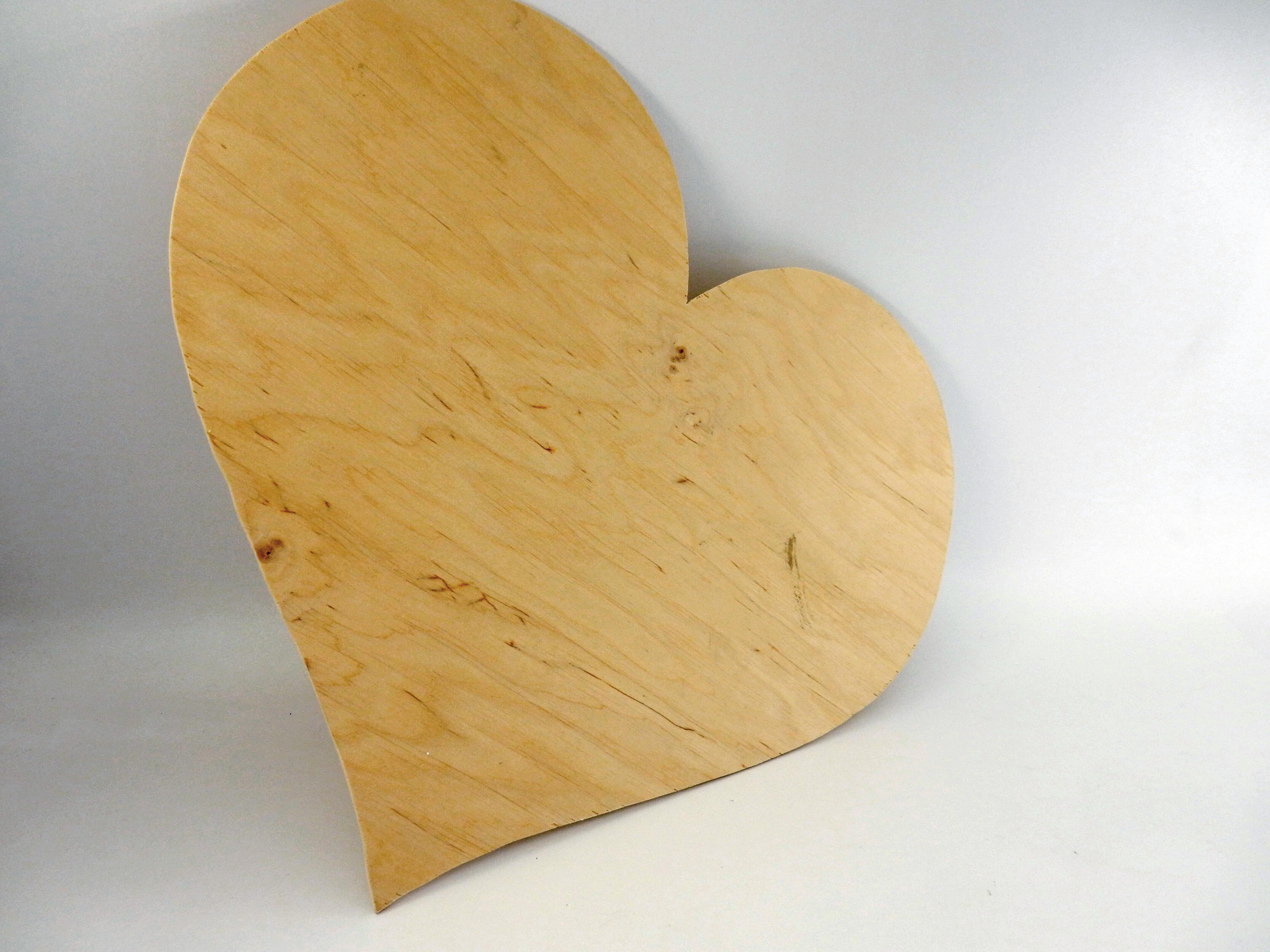 Ръчно изработено табло за пожелания от лек брезов шперплат във формата на сърце. Една по-нестандартна идея за вашата сватба, алтернатива на традиционите книги. След като гостите ви оставят своите пожелания, послания и съвети, това красиво естествено табло, освен спомен от най-щастливия ден, ще може да бъде закачено като декорация във вашия дом. Практично и не формално, това табло ще е очарователен детайл към сватбената декорация. Всяко едно табло е гравирано с имената на младоженците и датата, като по ваше желание текста може да бъде променен. Към таблото ще получите тънкописец, с който вашите гости да пишат директно върху него. Размери: височина 36 см; широчина 40 см; дебелина 0,4см.