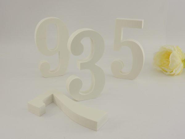 Стилна и семпла номерация за маси от бяло ПВЦ. Ръчно изработени, ние можем да направим толкова, колкото се нуждаете. Размери - височина на цифрите: 15,5 см; дебелина на цифрите: 2 см. При желание от ваша страна можем да боядисаме цифрите в цвят по ваш избор. Това би добавило още 0,80 лв за брой номерация. Можем да боядисаме цифрите ви например в златно, екрю, лилаво, зелено, оранж, праскова, тюркоаз и т.н. Само ни посочете тематиката на украсата си! Срок за изработка: 10 работни дни. Цена за един брой число: 12 лв (при минимална поръчка от 10 броя)