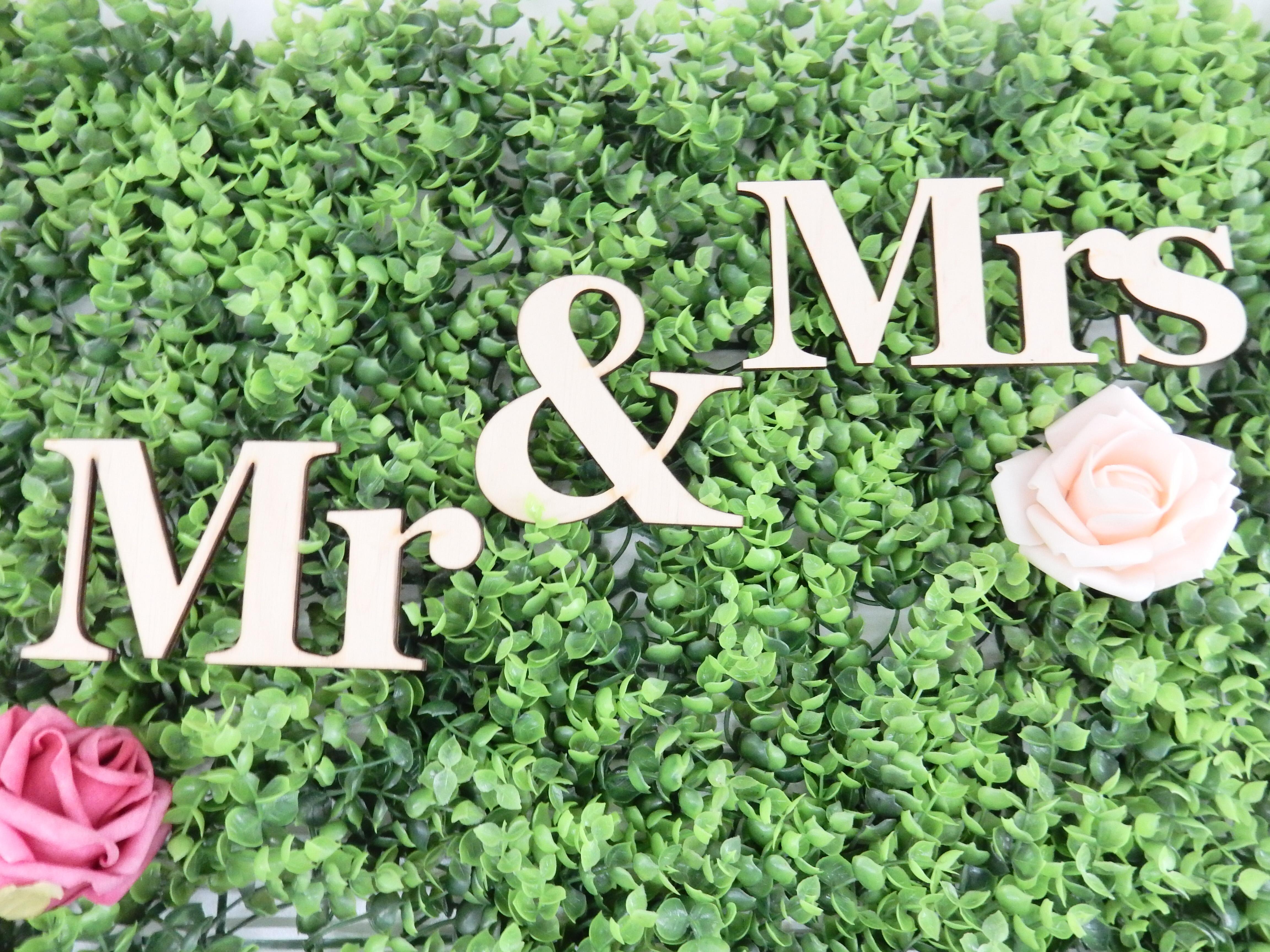 Лек и функционален вариант на надписа Mr & Mrs. Идеален като семпъл акцент към декорацията на младоженската маса, надписа би могъл да бъде декор към вашата сватбена фотосесия или каквато друга оригинална идея ви хрумне. Декорация, която ще остане скъп спомен и ще краси вашия дом. Може да ги използвате по много начини, ние сме насреща ако имате нужда от помощ при реализирането на вашите идеи. Предлагат се в два варианта - изработени от брезов шперплат( дебелина 4мм) или от МДФ с бял фурнир( дебелина 3мм). Mr: дължина 13 см; височина- голяма буква: 7см; малка буква: 5см Mrs : дулжина 17 см; височина- голяма буква:6,5см; малка буква: 4,5см Знак & - 8.5 x 8.7 см.