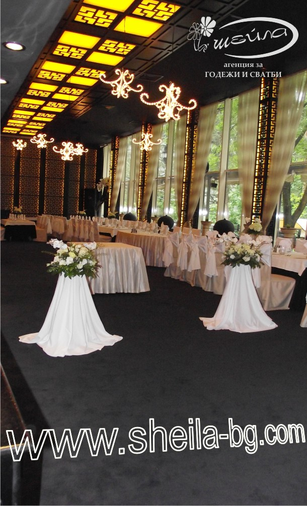 Сватбена стойка Нова. С корекция във височината - от 0,80-1,20 метрра. Цена за наем на брой с бяла или екрю рокля: 12 лв.