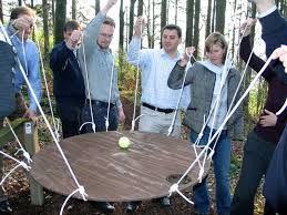 Игра за сватба Вкарайте топката - групова игра: дали приятелите на булката или приятелите на младоженеца първи ще вкарат топката в дупката? Ако си мислите, че е лесно..... първо опитайте! Цена за наем на комплект плот с един брой топка: 20 лв.