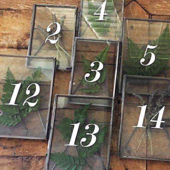 Табелки с дървени рамки и прозрачни прозорчета, в които можете да вложите зелени клонки или малки цветчета с тънки стебла. Затварянето на съдържимото става чрез панти. Номерацията е изписана върху прозрачното прозорче, едностранно. Размери: 25/15 см. Налични: 45 бр. Цена за брой: 5,50 лв.